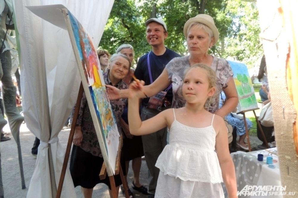 Дети и взрослые рисовали пейзажи и портреты любимых людей.