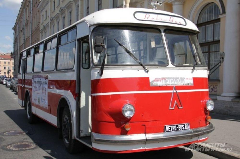 Старенький ЛАЗ стал для Петербурга символом Дня семьи, любви и верности