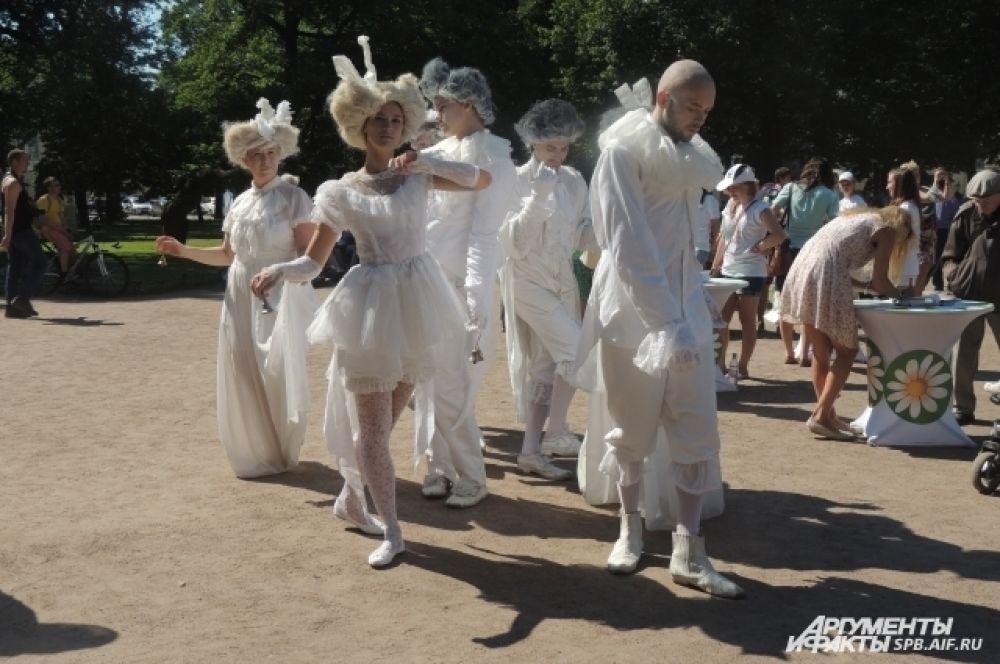 По площади гуляли ангелы и музы.