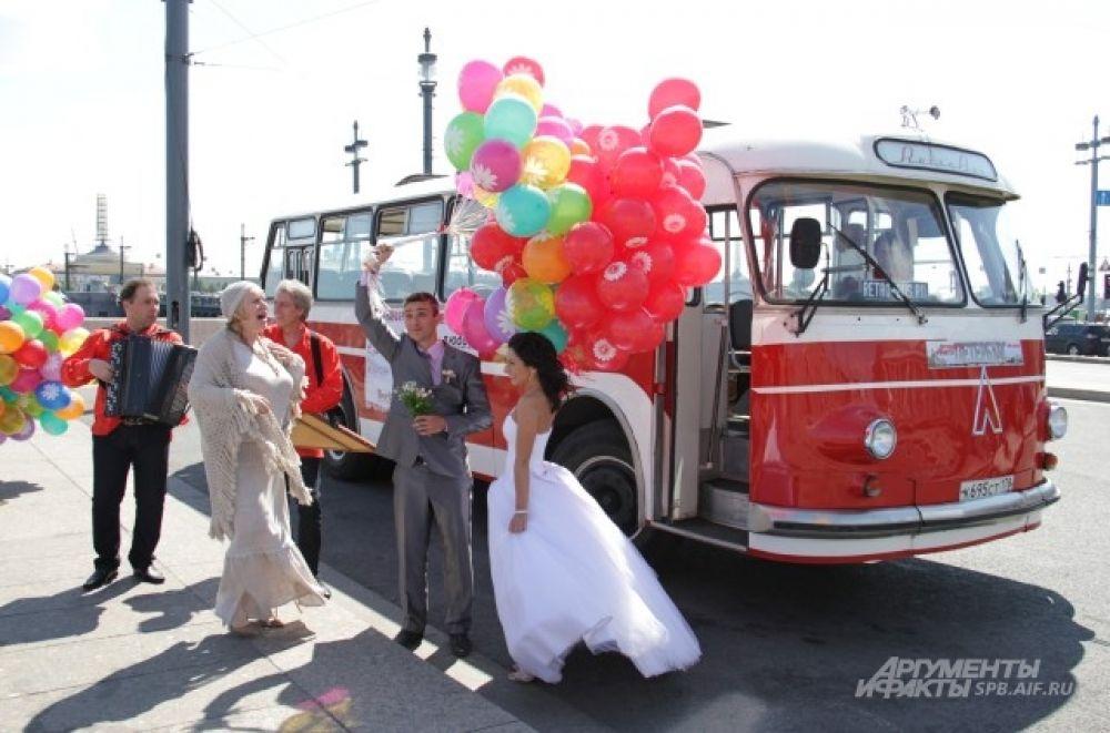 Акция «Ретро-автобус любви» будет проходить в Петербурге каждый год