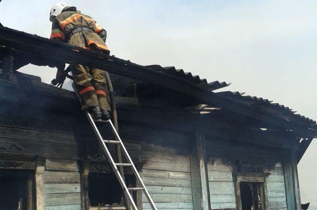 Частный дом загорелся в городе Тара.