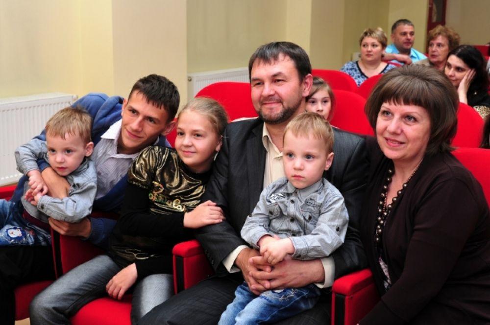 Напомним, он учрежден в 2008 году в память святых супругов Петра и Февронии, издавна почитаемых в России как хранителей семьи и брака.