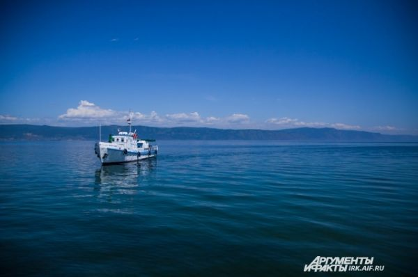 По воде даже на Байкале только ходят, а не плавают.