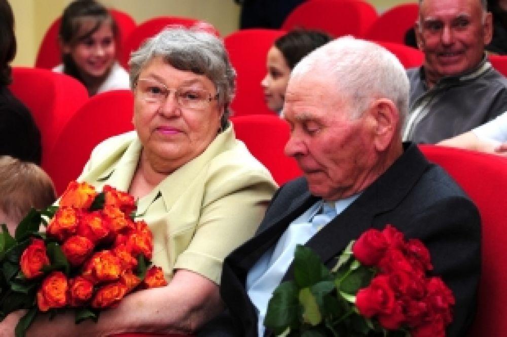 В этот день Глава города Василий Филипенко вручил медали «За любовь и верность» пяти семьям Ханты-Мансийска, прожившим в браке от 35 до 56 лет.