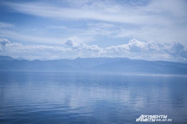 Вода все еще холодная, остается лишь любоваться красотой голубого озера.