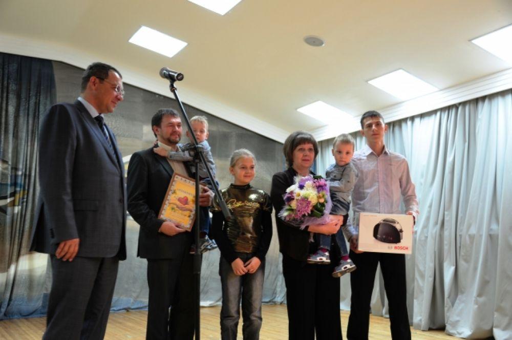 Глава города вручил ценные подарки семьям Костылевых, Коневых и Кох, воспитывающим, в том числе и приемных детей.