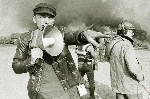 Автор сценария и режиссер Элем Климов на съемках фильма «Иди и смотри». 1985 год.