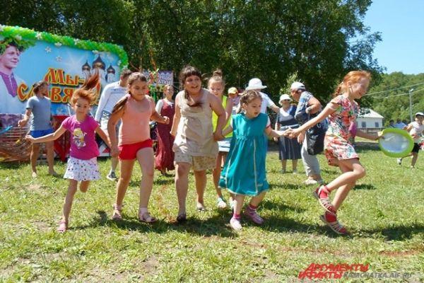 Праздник завершился символически — одним большим славянским хороводом.