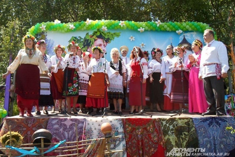 Певцы и танцоры вкладывали в свои выступления всю душу.