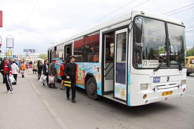 Реклама на общественном транспорте мешает соблюдению ПДД.