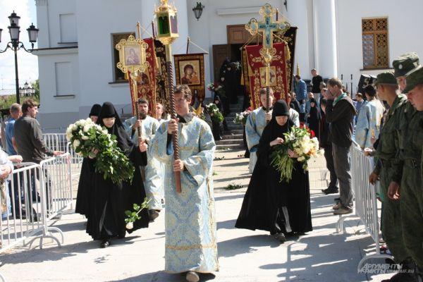 Насельницы обители по традиции устилали путь Крестного хода живыми цветами.