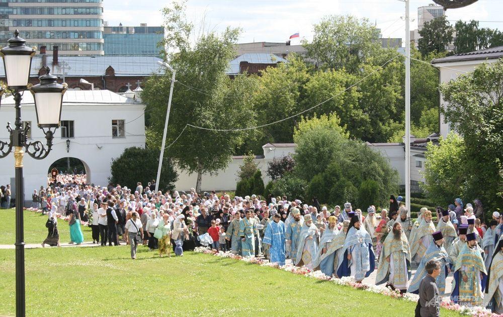 Крестный ход, в котором участвовало несколько тысяч уральцев, прошел по всей исторической территории обители.