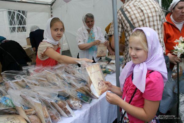 Сестры обители приготовили для гостей пять тысяч подарков.