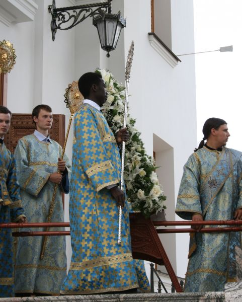Традиционно архиерея сопровождает помощник - родом из  Судана. В Екатеринбурге молодой человек принял христианство и получил имя Павел.