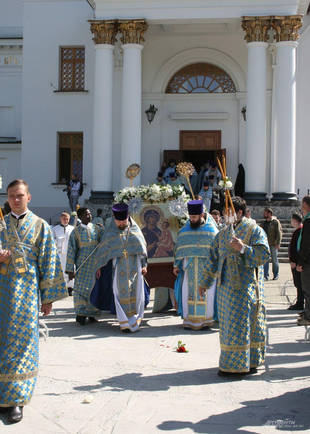 Чудотворная Тихвинская икона Богородицы – одна из самых почитаемых в России. В Ново-Тихвинской обители находится один из ее списков.