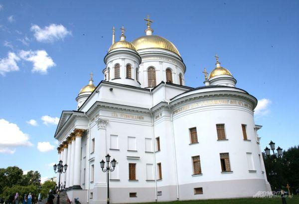 Величественный Александро-Невский собор на праздничное богослужение не смог вместить всех гостей.