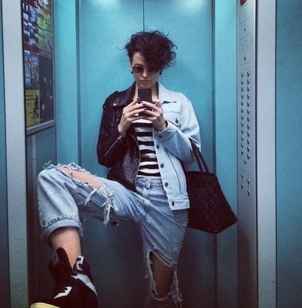 Солистка Nikita демонстрирует дерзкий стиль в селфи в лифте