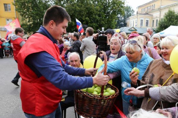 На празднике Новоторжская ярмарка угощала горожан сладкими яблоками