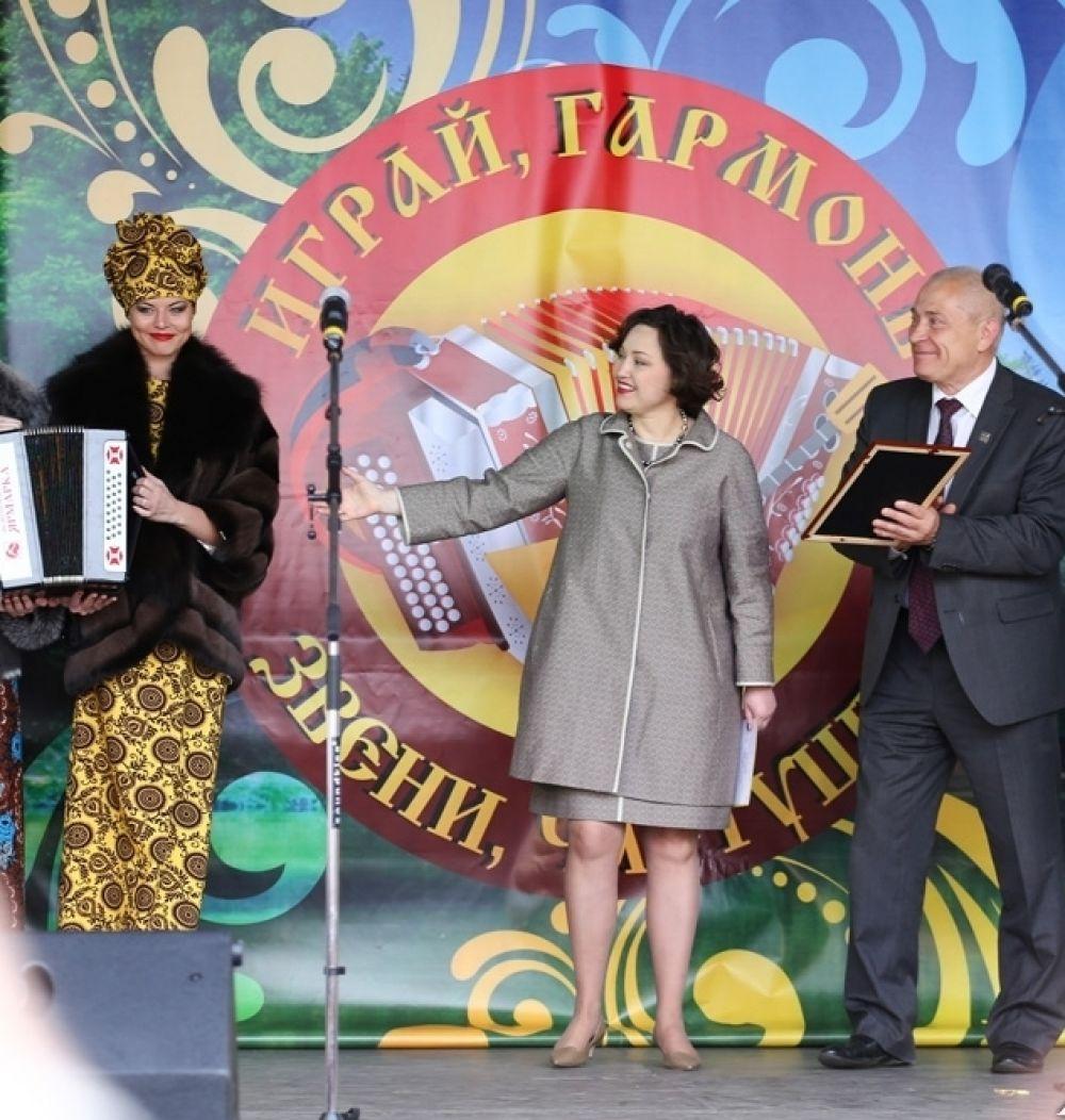 Церемония награждения. На сцене - модели Новоторжской ярмарки, Наталья Серова, Александр Корзин и Анастасия Заволокина.