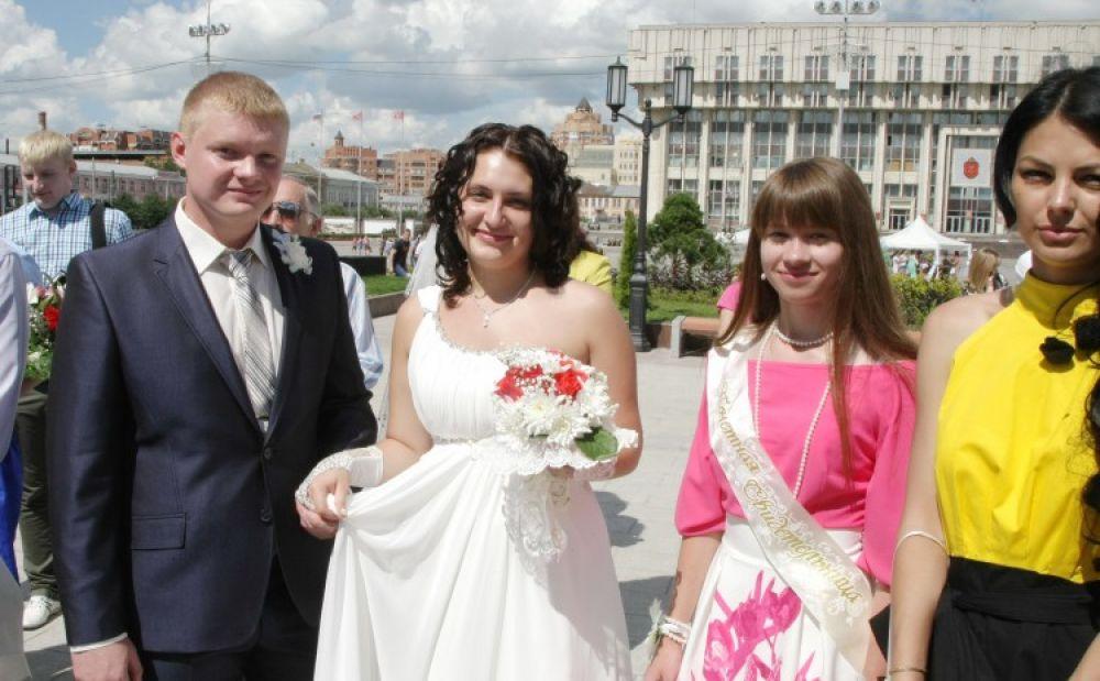 Первой парой, расписавшейся в новом дворце, стали Николай и Виктория Мареевы.