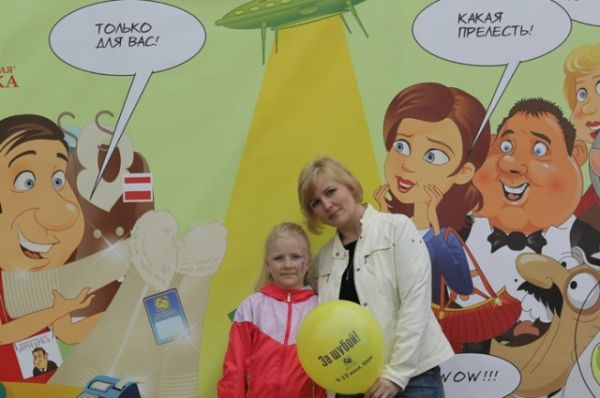 В День города Тверичане с радостью фотографировались у фотостенда Новоторжской ярмарки