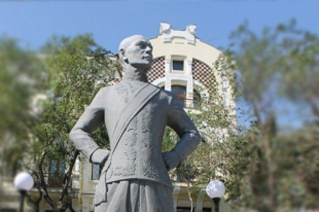 Памятник Юлу на фоне особняка Бриннеров.