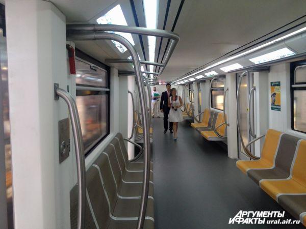 Внутри вагона метро: именно в таких будем ездить к 2020 году.