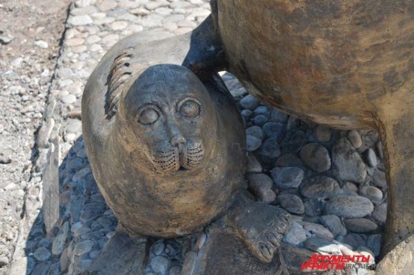 На въезде на остров Юности установили нерпу с нерпенком.