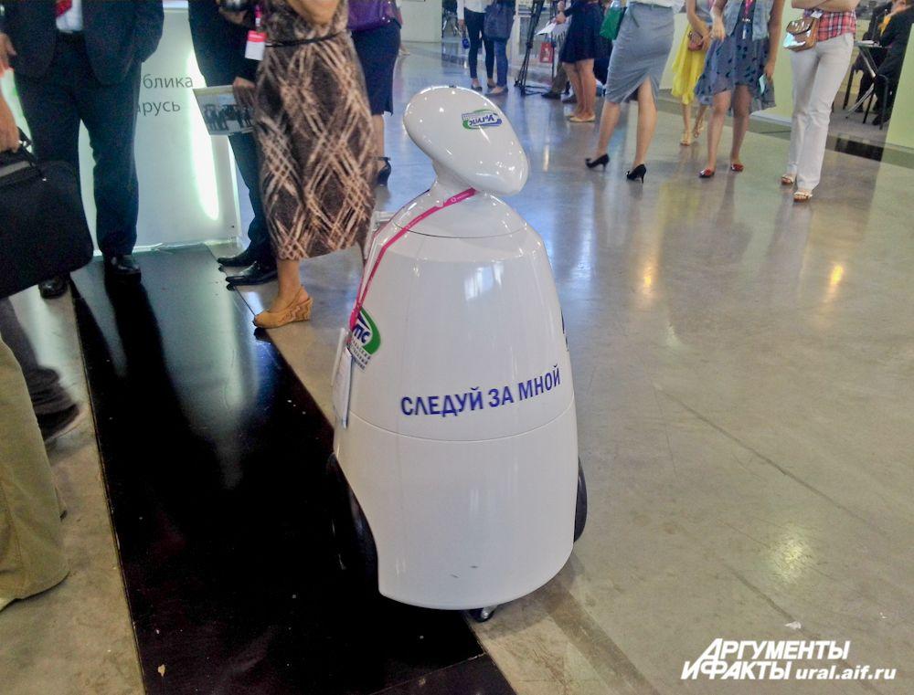 Робот «Следуй за мной»: бросается посетителям под ноги, спрашивает «Как дела?» и желает «Доброго дня».