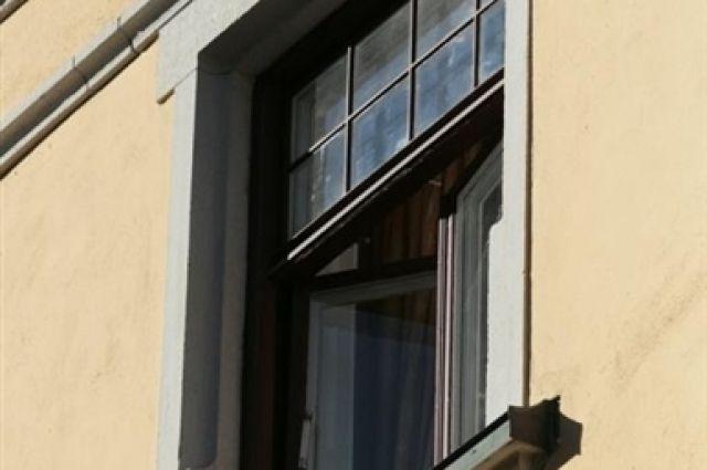 Ребёнок выпал из окна второго этажа.