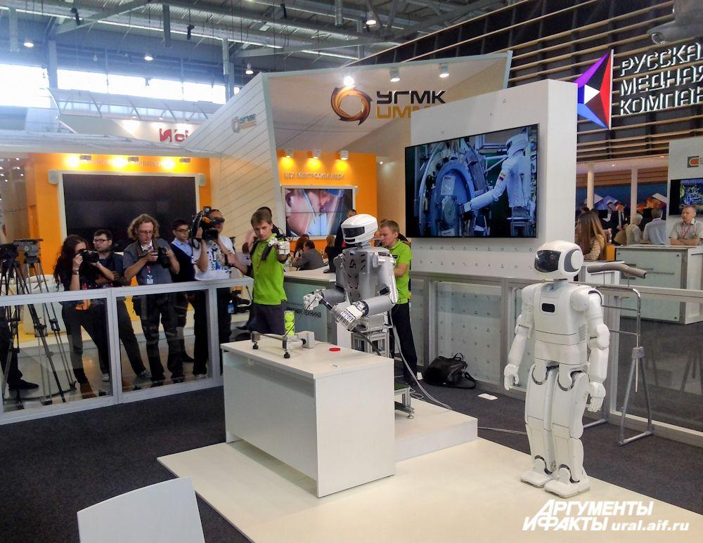 Робот-андроид повторяет за человеком все движения, способен перемещать предметы, заниматься сваркой металлических деталей.