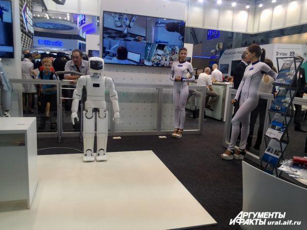 Еще раз отметим: девушки интереснее роботов.
