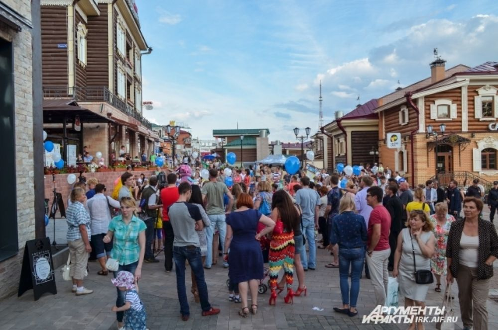 В час открытия на площади собралось множество иркутян.