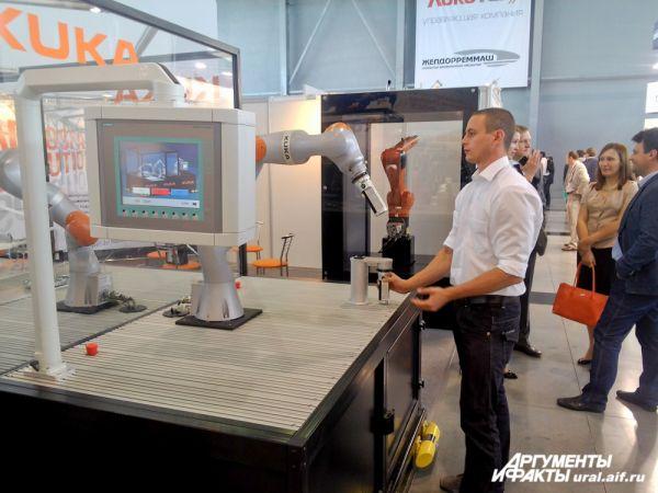 Робот работает – человек управляет.