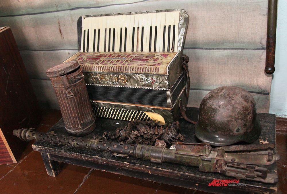 «История войн ХХ века» немецкие трофеи: аккордеон, коробка из-под противогаза, каска, ручной пулемет (вещи 1940-х годов)
