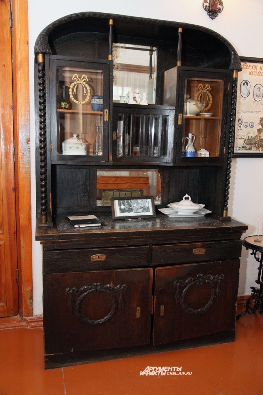 Гостиная мебель кон. 19-нач. 20 в. (мебель была вывезена из Германии в 1945 г.);