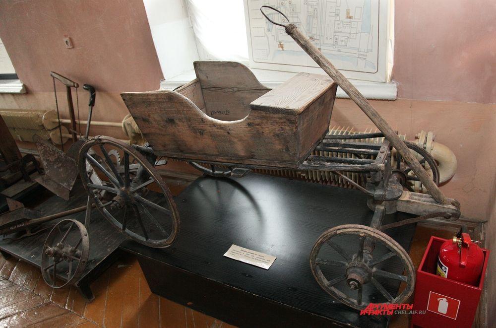 В этнографическом зале находится детский тарантас, изготовленный в 1936 году ветераном ВОВ Микериным А. Н. 1918 года рождения, для больной младшей сестры)