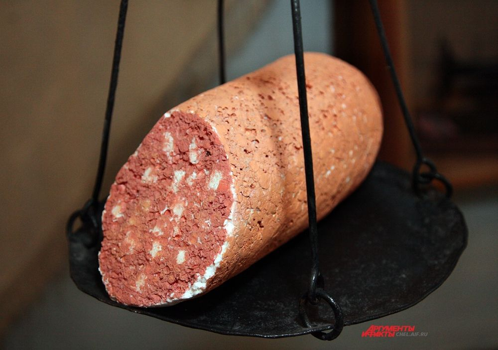 На плечиковых весах муляж колбасы