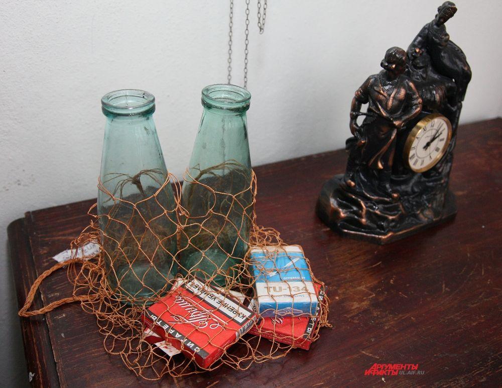 «Посуду не приняли…» зал «50-60 ХХ века» (авоська с банками из-под молока и сигареты «Прима» и «ТУ-34»)