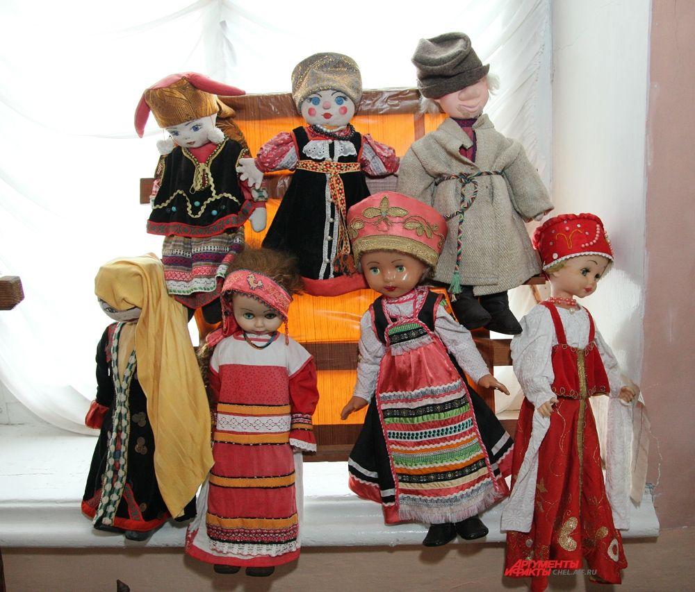 Куклы в праздничных костюмах первых переселенцев Катав-Ивановского завода и в костюмах башкирских народов, которые жили на катавской земле изначально