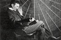 Никола Тесла на фоне катушки ВЧ трансформатора в своей лаборатории на Хаустон-стрит.