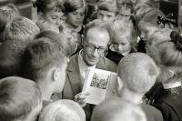 Лев Кассиль на встрече со школьниками в Центральной библиотеке в Москве. 1968 год.