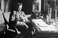 Александр Керенский в своём кабинете в Зимнем дворце. Фото 1917 года.