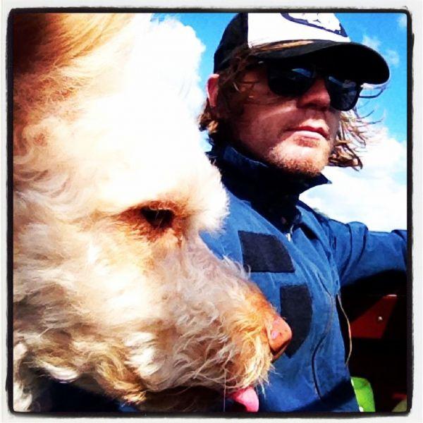 Один из самых востребованных актеров Великобритании Юэн Макгрегор на прогулке с собакой