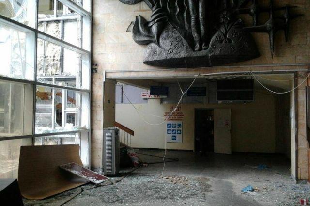 Обстрелянное боевиками помещение аэропорта в Донецке
