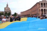 На Майдане развернули огромный украинский флаг