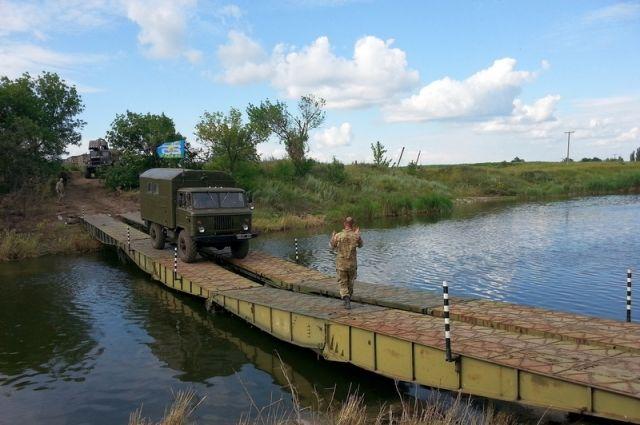 Военные инженеры построили понтонный мост