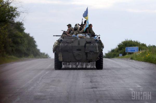 Украинские военные на БТРе