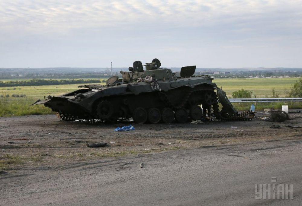 Подорванная БМП у одного из блокпостов в Донецкой области