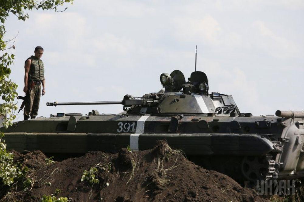 Танк украинских военнослужащих возле блокпоста в Донецкой области